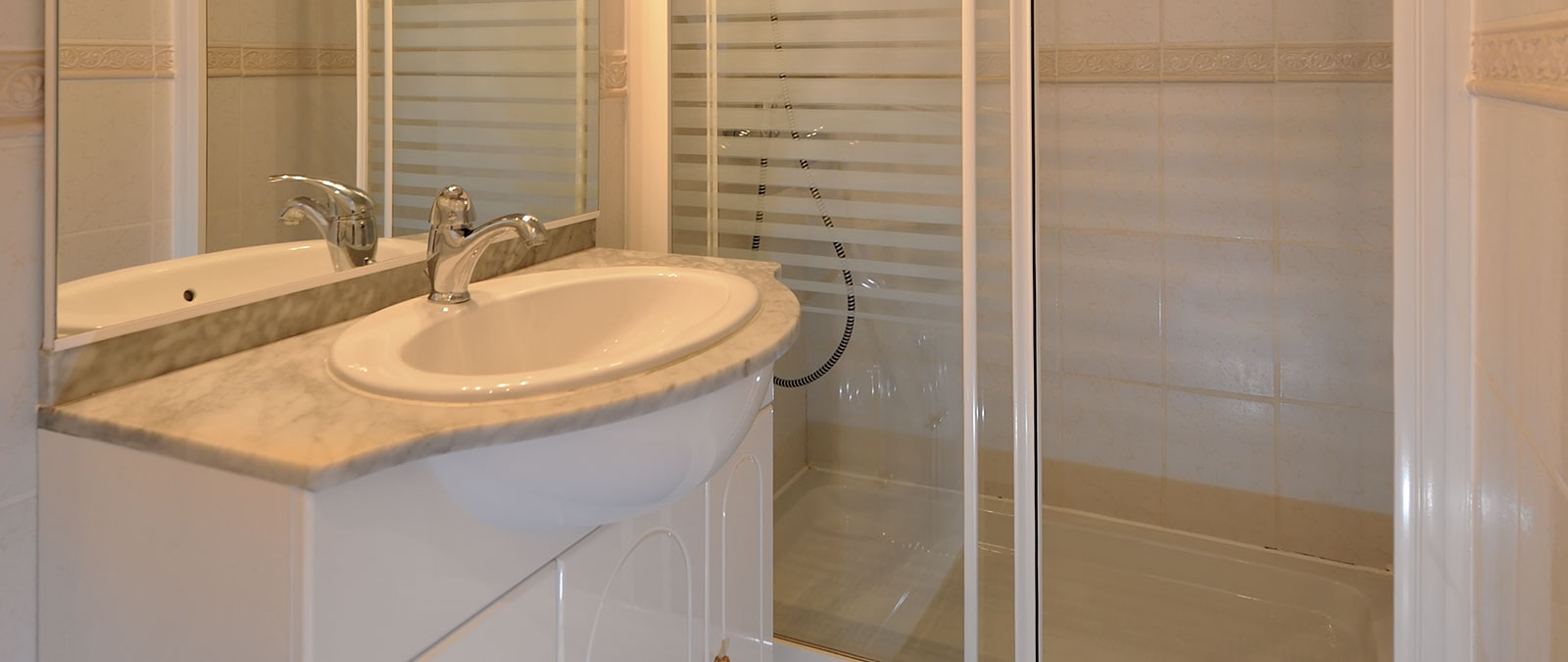 Bathroom with shower Brown naturist studio flat rental