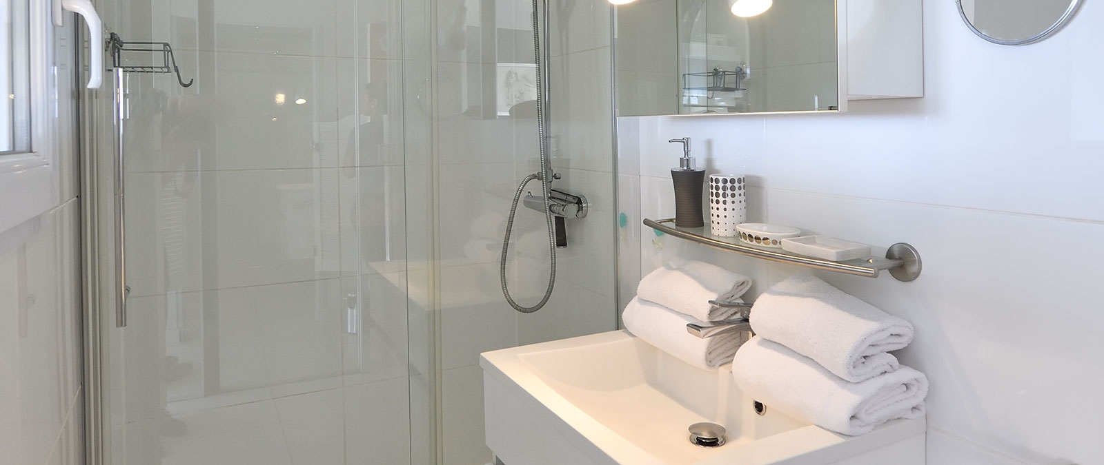 Bathroom with shower Lana rental for libertine couple
