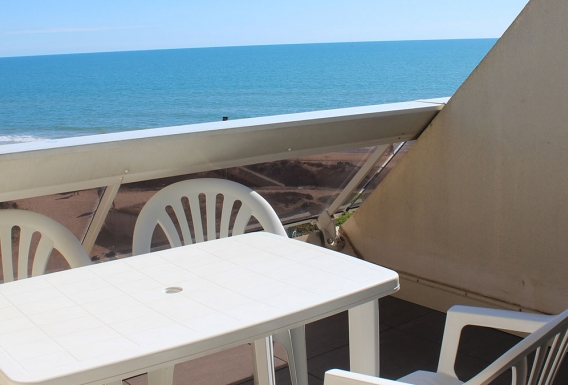 Classic naturist studio flat for rent with sea view