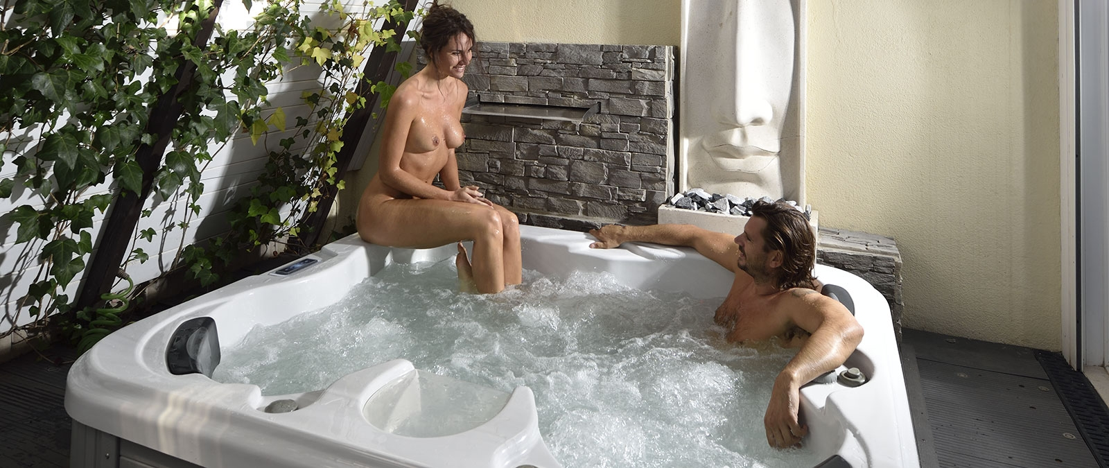 Pop naturist villa with Jacuzzi