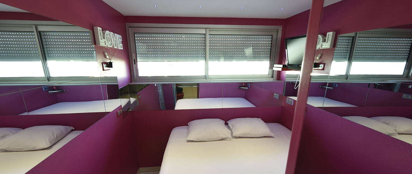 Bedroom with 180 cm double bed Amour Fou naturist studio flat rental