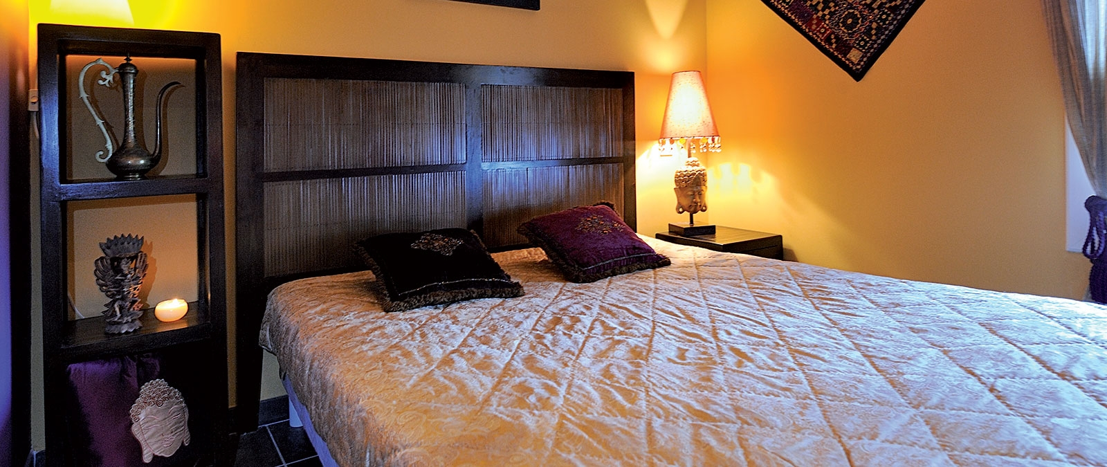 Bedroom with double bed Jaïpur naturist studio flat rental