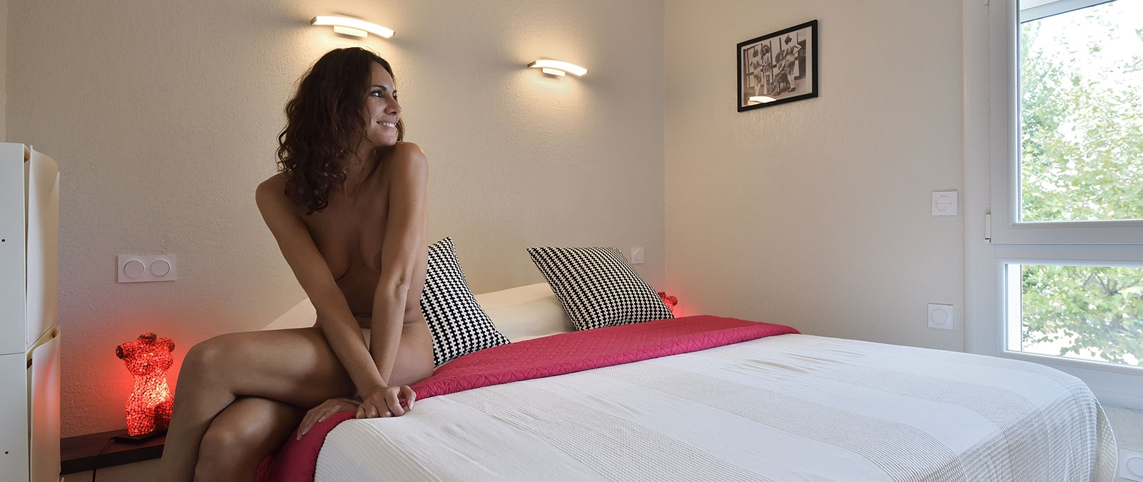 Room with double bed L'épicurien naturist apartment