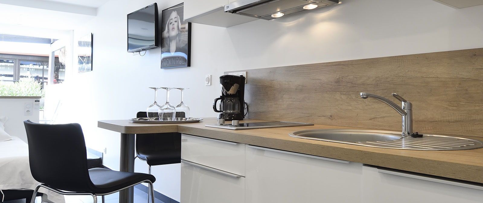Equipped kitchen Poppy studio flat libertine stay