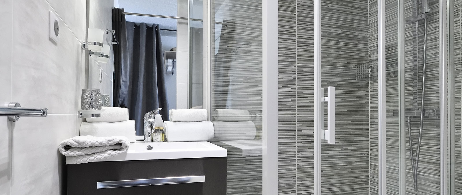 Bathroom with shower Folie Douce naturist studio flat for rent